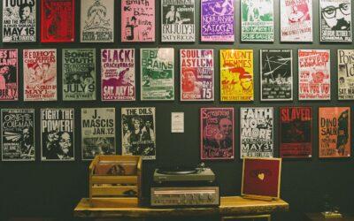 Plakater skaber hyggelig stemning i rummet